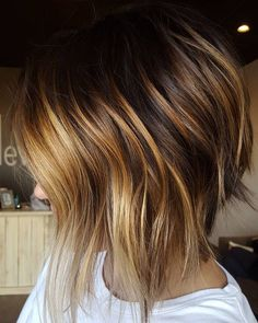in love with the carmel highlights on this short inverted choppy bob