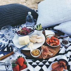 picnic time on a roundie www.thebeachpeople.com.au