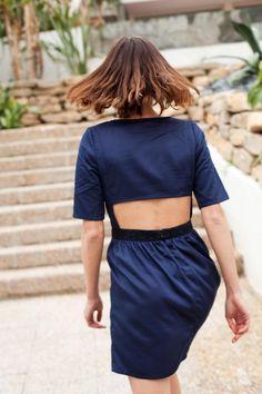cozete <3 robe Lille, la jolie. Douce et féminine, elle est d'apparence la robe la plus sage de cette saison. Son ouverture dans le dos et les broderies de sa taille créent la surprise et nous, vous, les, séduisent. #robe #robedosnu #bleumarine