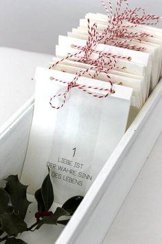 Adventskalender zum Befüllen,  bestehend aus 24 Papierfalttüten bedruckt mit 24 *verschiedenen* LIEBE IST...Definitionen und versehen mit ca. 11-12m rot-weißer, passend zugeschnittener Naturkordel,...