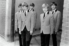 Als Bubis in den Sechziger Jahren, damals noch zu fünft: Mick Jagger und Keith Richards trafen sich 1961 auf einem Bahnsteig und stellten fest, dass sie denselben Musikgeschmack hatten.