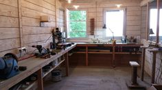 Garage Shop Ideas - Do you have a garage at home? How do you use your garage? Can you work comfortably in your garage? Most of us have our garages Workshop Bench, Basement Workshop, Workshop Layout, Workshop Ideas, Garage Studio, Garage Shed, Woodworking Shop, Woodworking Plans, Atelier Creation