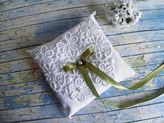 Подушечка для обручальных колец в стиле Боно с зеленой ленточкой Ring Pillow Wedding, Wedding Rings, Pillows, Wedding, Wedding Ring, Throw Pillow, Cushions, Cushion, Scatter Cushions
