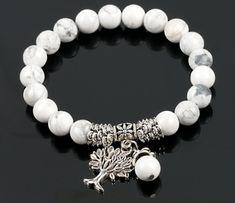 Découvrez ce magnifique bracelet composé de perles en Howlite Blanche et de multiples breloques argentées.  Ce bijou saura s'adapter aux poignets de chacun grâce à son fil extensible. Ainsi, plus de problème de fermoir compliqué à manier. Ce bracelet Arbre de vie en Howlite blanche se place très facilement sur le poignet, sans avoir besoin d'une aide extérieure.  C'est un cadeau idéal pour les adeptes de méditation, yoga et autres pratiques de relaxation et de bien-être.