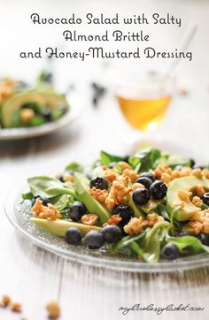 This Avocado salad with salty almond brittle and honey-mustard dressing is a quickly made salad with lots of flavors. Almond Brittle, Honey Mustard Dressing, Vegan Recipes, Vegetarian, Dishes, Starters, Cooking, Ethnic Recipes, Salads