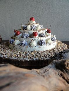 Model wedding cake consists of four layers and is full of seed, nuts, peanuts and sunflower seeds! Bird Cakes, Sunflower Seeds, Peanuts, Wedding Cakes, Layers, Desserts, Model, Food, Wedding Gown Cakes