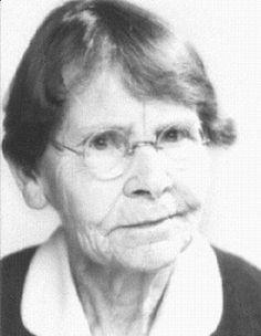 """BARBARA McCLINTOCK (1902-1992), Genetista norteamericana, Premio Nobel en Medicina y Fisiología en 1983 por su descubrimiento de los """"transposomas"""" o """"genes saltadores"""", genes que pueden cambiar de lugar dentro de los cromosomas. McClintock realizó sus estudios genéticos fundamentalmente con maíz, realizando numerosas hibridaciones entre diferentes variedades, lo que le permitió asimismo describir la historia evolutiva y origen de esta planta."""