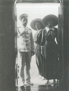 Tsar Nicholas II com suas duas filhas as Grand Duchesses Olga Nikolaevna e Tatiana Nikolaevna a bordo do Imperial Yacht Standart em 1912.