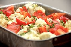Prøv at lave ovnbagt blomkål i et fad med peberfrugt som tilbehør til kødretter. Opskriften er her, og den er både sund og nem. Ovnbagt blomkål er en nem måde at tilberede blomkålen på, og her