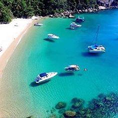 Angra dos Reis (RJ) tem mais de 365 ilhas, a principal delas é Ilha Grande com centenas de praias lindas como essa. Como não amar? ❤ +  Foto: @lanchasilhagrande   Acesse o site e descubra novos destinos!   GuiaViajarMelhor.com 👉 Link na bio  +  #guiaviajarmelhor #viajarmelhor #amoviajar #viajarfazbem #destinos #dicasdeviagem #melhoresdestinos #destinosimperdiveis #fantrip #queroviajarmais #viagem #turistando #turismo #trippics #nordeste #jericoacoara