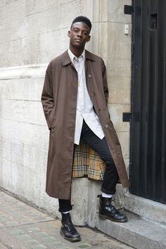 Doc Martens have been in style for almost 60 years, discover what made them so popular. We also discuss how to wear them in style! Street Style Fashion Week, London Street Style Men, Street Fashion Men, Street Styles, Mode Masculine, Dr Martens Hombres, Men Street, Street Wear, Man Style