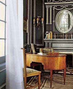 Кабинет с темно-синими стенами и белой лепниной находится в фамильном поместье знаменитой текстильной династии Сертов под Барселоной.