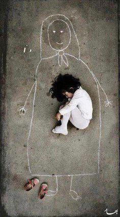 """""""這是一個孤兒院的孩子..她在地板上畫了一個媽媽..  想像著.. 在媽媽溫暖的懷裡睡著了""""""""(轉自海洋 Nadeesh Jivan)"""