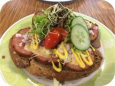 Op dit eetdagboek kookblog : Intratuin Tuincafé Barneveld - Eindelijk heb ik iets bedacht voor de bloempotten in onze tuin. Dit jaar geen zomergoed zoals begonia's maar rotsplantjes en laat je die nu net in allerlei