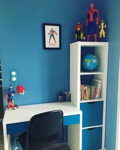 For the 6 years of Mr. Max totally fan of super heroes, we decided to re-decorate his room on the theme of super heroes! Bedroom Setup, Home Bedroom, Kids Bedroom, Ikea Micke, Micke Desk, Ideas Habitaciones, Boys Desk, Kids Room Design, Boy Room