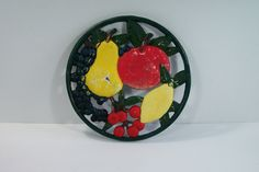 Dessous-de-plat en fonte colorée fruits raisin, pomme, poire, cerise, citron vintage Made in France de la boutique MyFrenchIdeedAntique sur…