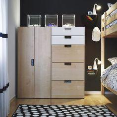 Ein Kinderzimmer mit STUVA Aufbewahrung mit Türen und STUVA Aufbewahrung mit Schubladen in Weiß/Birke, transparenten SYNAS LED-Leuchtkästen, MYDAL Etagenbettgestell in Kiefer und kurzflorigem ULLGUMP Teppich in Schwarz/Weiß