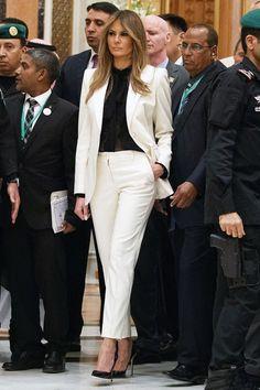 Мелания Трамп в костюме Dolce & Gabbana и туфлях Manolo Blahnik в Эр-Рияде, Саудовская Аравия