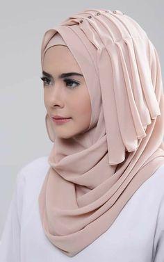 to wear to a wedding muslim simple Most beautiful layered hijab design Hijab Style Dress, Hijab Look, Stylish Hijab, Hijab Chic, Hijab Fashion Inspiration, Mode Inspiration, Niqab, Wedding Hijab Styles, Wedding Abaya