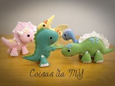 Tamanhos:    Dino Azul - Diplodoco - 12,5cm  Dino Verde - Tiranossauro Rex - 19cm  Dino Amarelo - Pterodáctilo - 18cm  Dino Rosa - Tricerátopo - 18cm  Dino Verde - Estegossauro - 13cm    Valor por unidade.
