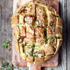 Fylt brød med hvitløkssmør og soltørkede tomater – Ourkitchenstories