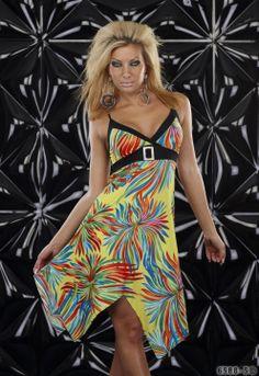 Γυναικείο μινι φόρεμα με ραντάκια και λαιμόκοψη V. Διακοσμητική ζώνη με αγκράφα που δένει πίσω. Άνετη  γραμμή για τέλεια εφαρμογή. Ανοιξιάτικο μοτίβο με ποικιλία χρωμάτων σε όλο του μήκος . Χρώμα : Ποικιλία χρωμάτων Υλικά : 60% cotton, 35% polyester, 5% Elastan
