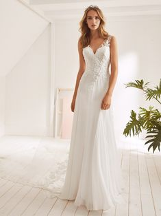 21f34c5f7226 Wedding dress with V neck, evasé silhouette and straps Photo 1 V Neck