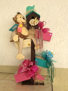 Arreglo y centro de mesa ... Candy Bouquet, Party Centerpieces, Gift Baskets, Babyshower, Wraps, Gift Wrapping, Valentines, Christmas Ornaments, Holiday Decor