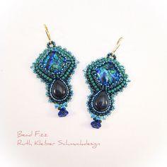 Blaue Ohrringe mit Blaufluss Tropfen und blaugrünen Dichroic Glascabochons,  Perlenstickerei Hängeohrringe, Sterlingsilber, Blauer cc141e72c7