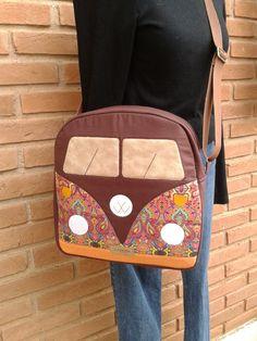 Mochila Modelo Kombi T Bag, Country Quilts, Vw Volkswagen, Unique Bags, Kim Kardashian, Fabric Bags, Balenciaga, Baby Sewing, Saint Laurent