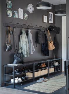 Porte-manteaux et rangements pour les chaussures. L'essentiel pour bien ranger le couloir. #entrée #couloir #aménagement #rangement #portemanteau