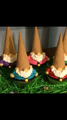 Gnome Cupcakes-Black Dog Bakery by Brianna - Maegan Z - - Kuchen verzieren - Gateau Cute Cupcakes, Cupcake Cookies, Owl Cupcakes, Cupcakes Decoration Awesome, Garden Cupcakes, Black Cupcakes, Christmas Cupcakes Decoration, Ice Cream Cupcakes, Animal Cupcakes