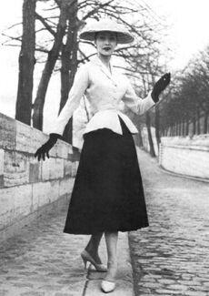 """Baseando-se no espartilho, Christian Dior cria o New Look """"O modelo que se tornou o símbolo do """"New Look"""" foi o """"tailleur Bar"""", um casaquinho de seda bege acinturado, ombros naturais e ampla saia preta plissada quase na altura dos tornozelos. Luvas, sapatos de saltos altos e chapéu completavam o figurino impecável. Com essa imagem de glamour, estava definido o padrão dos anos 50."""".  No entanto nos anos 60 os espartilhos ganharam a imagem de uma peça de vestuário para cenas de fetiche."""