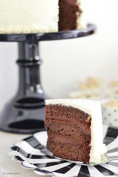 :) Schokotörtchen - Rührteig mit Sahne, Schokolade und Kakao und Kakao-Frischkäse-Mascarpone-Sahne-Creme mit gleicher Creme nochmal ohne Kakao ummantelt - http://www.monsieurmuffin.de/schokotorte/