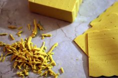 Recette de bloc de fromage végétalien de style cheddar qui se râpe, se tranche, et se gratine. Recette végétalienne, sans gluten, sans noix