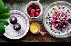 Lila frukost <3 Purple Breakfast - Bovetegröt & Blåbärsbollar / Buckwheat porridge & Blueberry balls - Evelinas Ekologiska http://www.evelinasekologiska.se/