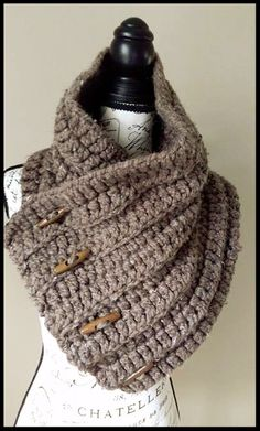 Free Crochet Pattern - Lofty Loops Studio - Easy Peasy Cowl using chainless foundation.