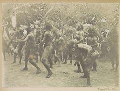 Anonymous | Mannen voeren krijgsdans uit op Ambon, Anonymous, c. 1900 - c. 1920 | Onderdeel van Reisalbum met foto's van Ambon.
