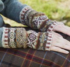 Sycamore Armwarmers - Lilly is Love Fingerless Gloves Knitted, Knit Mittens, Knitting Socks, Hand Knitting, Knitting Machine, Vintage Knitting, Fair Isle Knitting Patterns, Knitting Charts, Wrist Warmers