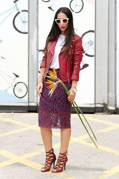 Look con falda roja y morada de encaje con chaqueta de cuero roja Mango nueva coleccion y sandalias Paw de Isabel Marant