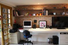O home office no quarto com TV precisa ser planejado e construído com organização. Instale a TV na parede próximo ao home office e a cama.