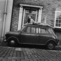 Charlotte Rampling sur le toit d'une Mini en janvier 1967
