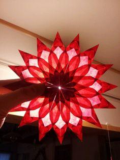 ダリアの折り方(ひかりとり紙/トランスパレントスター/折り紙/花) | うっとりがみ/おりがみサンキャッチャーを作ろう! Paper Snowflake Patterns, Paper Stars, Origami Flowers, Christmas Star, Kirigami, Holiday Crafts, Christmas Decorations, Kite, Paper Crafts