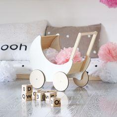 Dieser süße Puppenwagen von Ooh Noo ist mit Worten kaum zu beschreiben. In…