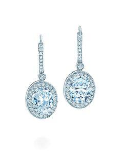 Los 10 musts de Victoria Beckham: unos aretes de diamantes http://www.glamour.mx/moda/articulos/10-cosas-que-una-mujer-debe-tener-1/1417