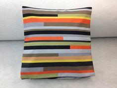 Housse de coussin fait à la main Throw Pillows, Bed, Home, Handmade Cushions, Handmade, Slipcovers, Hands, Toss Pillows, Cushions