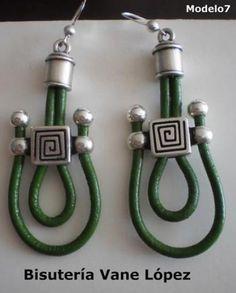 pendientes de cuero verde, con terminal y fornituras de zamak con gancho de plata. pendientes de cuero verde y plata cuero verde,zamak con b...