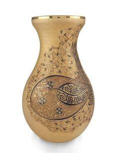 Osmanlı İmparatorluğu'nda padişahın yazılı emri olan ferman deseniyle bezeli vazo, dönemin ihtişamını yansıtarak, evinizin havasını değiştirecek.. 900.00 TL