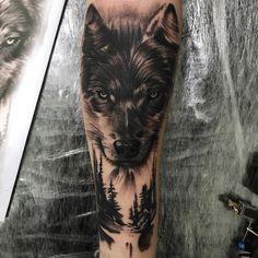 Os mestres do Preto e Cinza – Tattoo2me Magazine Forest Tattoo Sleeve, Wolf Tattoo Sleeve, Forest Tattoos, Tattoo Sleeve Designs, Nature Tattoos, Sleeve Tattoos, Wolf Tattoos Men, Cool Arm Tattoos, Tattoos For Guys