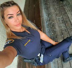 Take me in anytime! Female Cop, Female Soldier, Badass Women, Sexy Women, Idf Women, Female Police Officers, Military Women, Girls Uniforms, Professional Women